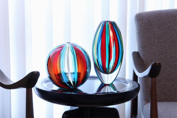 Bola e Vaso com Bastões Coloridos